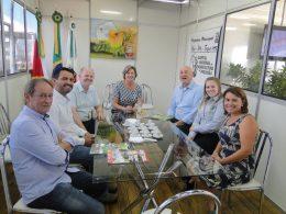 Prefeita Teodora recebe comitiva internacional do Banco Sicredi