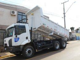 Secretaria de Obras recebe novo Caminhão caçamba