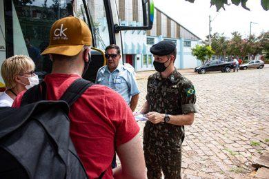 Jovens embarcam para prestar o serviço militar em Santa Maria